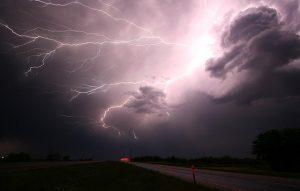 """הסופה הטרופית איסאיאס מגיעה לקנדה לאחר שהרגה לפחות חמישה בני אדם בארה""""ב"""